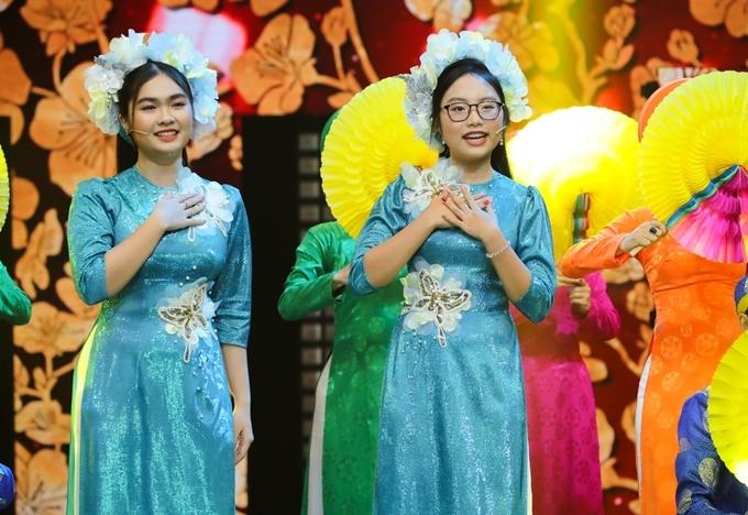 Phương Mỹ Chi, Thiện Nhân mở màn chương trình qua ca khúc 'Ngày tết quê em'. Á quân The Voice Kids vừa tách khỏi Quang Lê Entertainment, phát hành MV mới tên 'Đường về quê'.