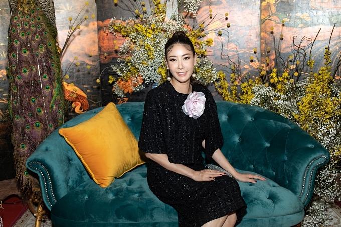Hoa hậu Hà Kiều Anh diện váy sang trọng.