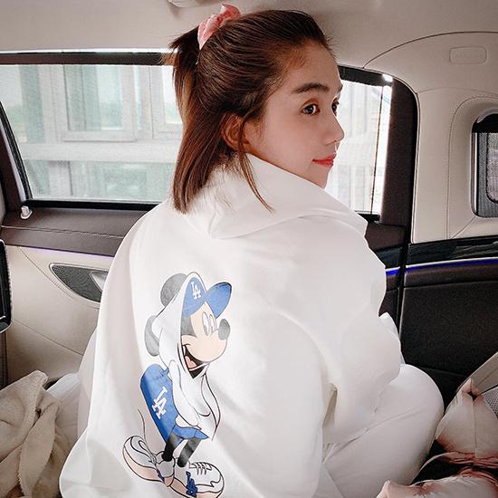 Ngọc Trinh chọn kiểu áo hoodie trắng từ thương hiệu nổi tiếng Hàn Quốc để hòa cùng trào lưu diện đồ in hình chuột trong năm mới.