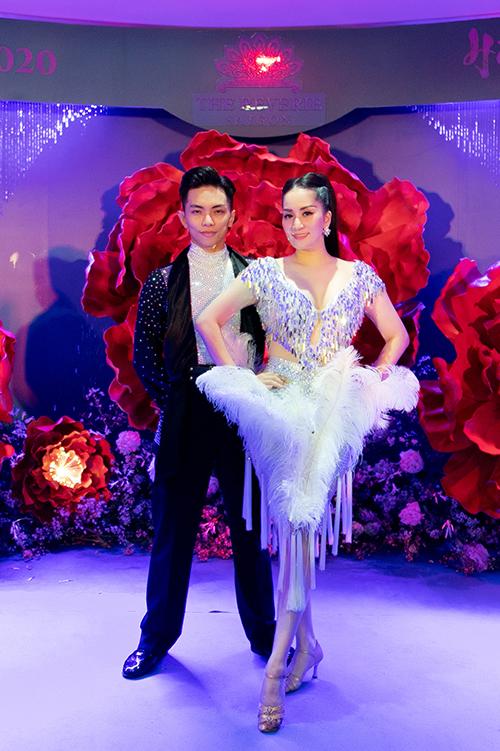 Đây cũng là lần hiếm hoi cô nhảy cùng chồng từ khi chuyển hướng sang làm huấn luyện viên và trọng tài dance sport quốc tế.