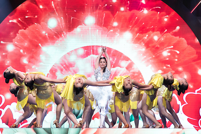 Khoảng 20 vũ công nhảy phụ họa cho vợ chồng Khánh Thi - Phan Hiển và Nhã Khanh.