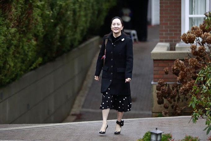 Bà Meng Wanzhou vui vẻ rời biệt thự ở Vancouver để đến tham gia phiên xử hôm 20/1. Ảnh: AFP.