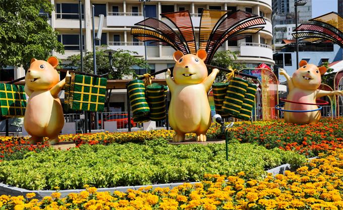 Đường hoa Nguyễn Huệ sẽ vẫn luôn là một trong những nơi hot nhất Sài Gòn vào dịp Tết. Hơn 120.000 chậu hoa tươi chuyển về để trang trí cùng nhiều chú chuột vàng theo chủ đề năm Canh Tý. Đường hoa hoàn thành vào ngày28 Tết và sẽ mở cửa đến mùng 4 Tết. Ảnh: Quỳnh Trần