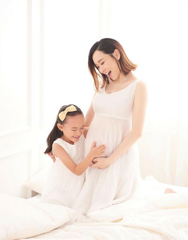 Dương Tư Kỳ chia sẻ loạt ảnh chụp cùng con gái trước ngày lâm bồn. Hoa hậu Hong Kong dự sinh vào tháng 2 tới, tuy nhiên hiện tại vóc dáng đã khá nặng nề.