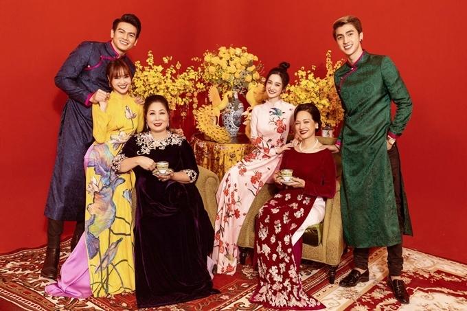 Bình An (ngoài cùng bên phải) và Jun Vũ (thứ ba từ phải sang) đóng hai vai quan trọng trong Lê gia.
