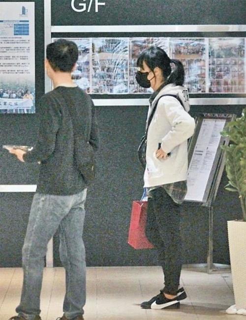 Diễn viên TVB Hoàng Tâm Dĩnh xuất hiện hôm 20/1 tại Hong Kong. Đây là lần hiếm hoi cô lộ diện kể từ khi về quê nhà cuối năm 2019. So với thời gian trước, Hoàng Tâm Dĩnh trông gầy rộc, tóc mái dài thượt, trang phục xuề xòa cho thấy cô không quan tâm lắm đến việc chăm sóc hình ảnh như trước.