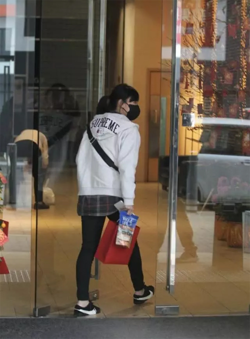 Hoàng Tâm Dĩnh là người của công chúng, vì thế nhất cử nhất động của cô đều nhận được sự chú ý. Khi cô ra đường, người qua lại nhìn cô chằm chằm và chỉ trỏ, khiến cô ngại ngần. Vì thế, từ khi về Hong Kong, cô gần như không ra ngoài.