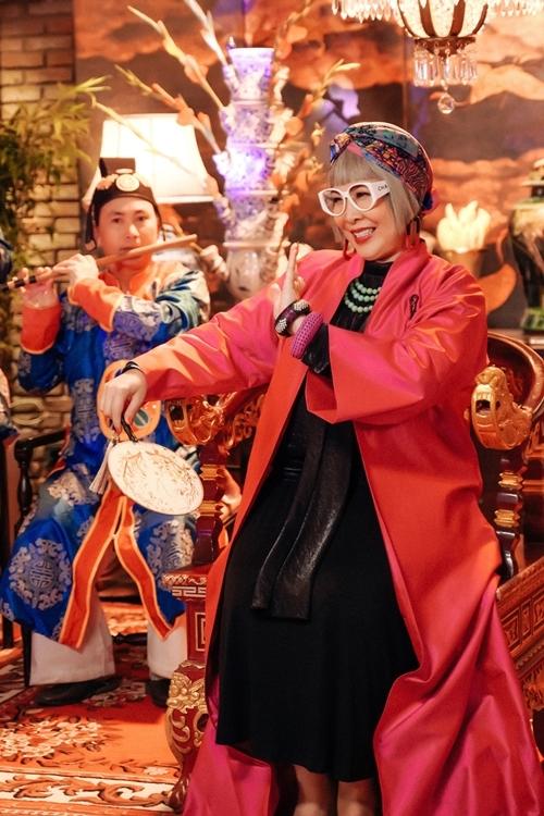 NSND Hồng Vân vào vai bà nội tính tình trẻ trung.