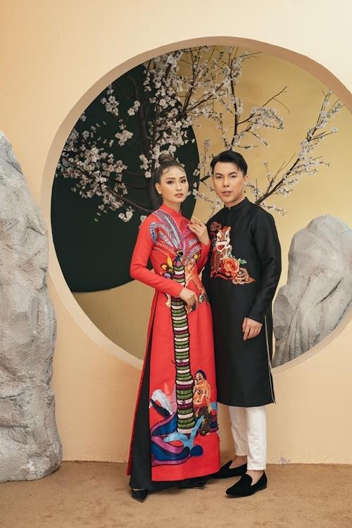Cặp mẫu không sử dụng phụ kiện để làm nổi bật trang phục được thiết kế và thực hiệntỉ mỉ, tinh tế.