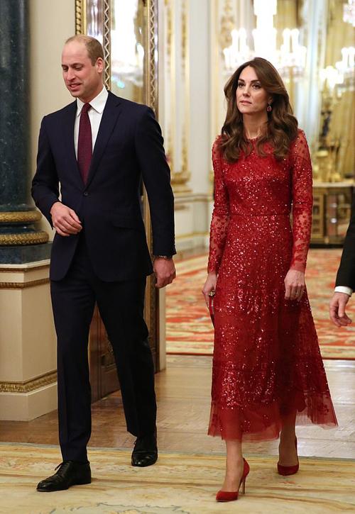 Kate diện cả cây đỏ để dự tiệc tại Điện Buckingham tối 20/1 cùng Hoàng tử William. Ảnh: PA.