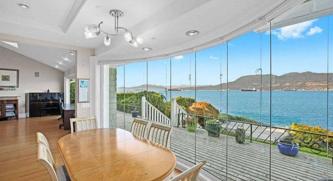 Căn biệt thự rộng rãi sát ngay cạnh biển có thể giúp cặp vợ chồng thoải mái ngắm cảnh. Ảnh: Fox Business.