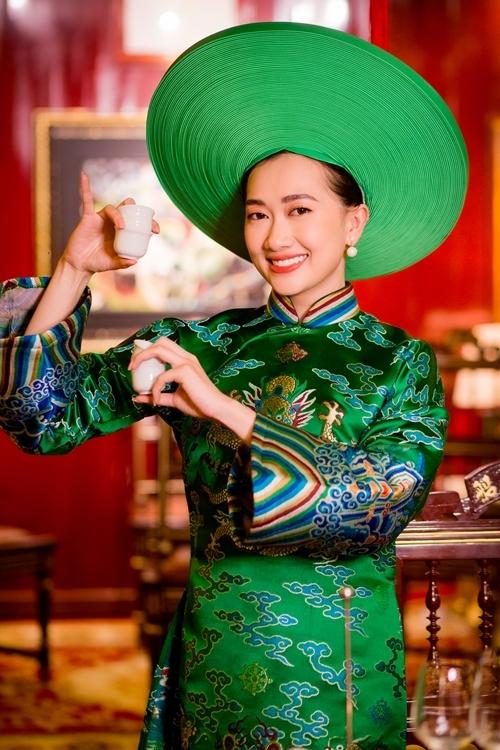 Phương Lan trong cảnh quay biểu diễn nhã nhạc cung đình Huế.