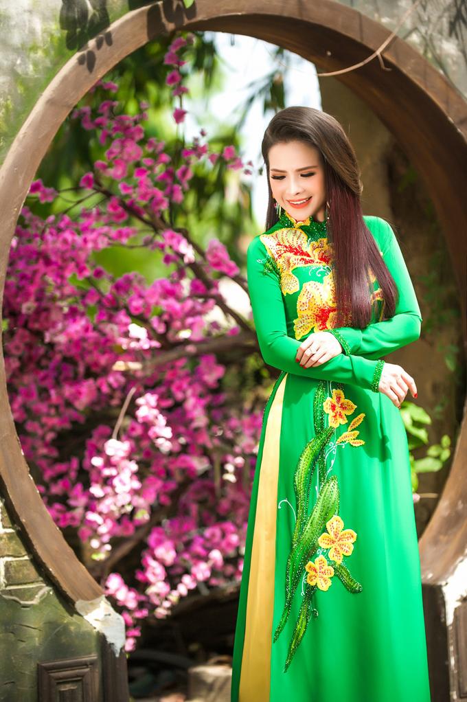Hoa hậu Lê Thanh Thúy cho biết áo dài luôn là lựa chọn hàng đầu của cô trong những dịp lễ, Tết nhằm giữ gìn văn hóa truyền thống, thể hiện tinh thần dân tộc. Vì vậy, người đẹp quyết định thực hiện một bộ ảnh diện áo dài để đón năm mới cũng như dành tặng fan.