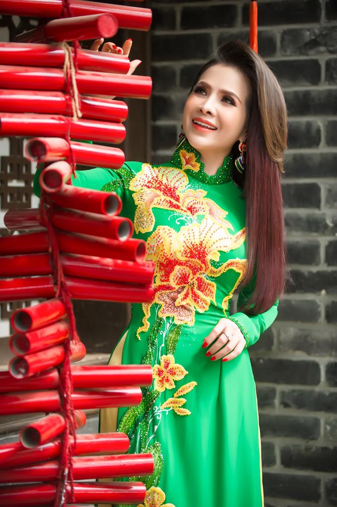 Thanh Thúy Trang điểm nhẹ nhàng, để tóc buôn xõa khoe nét nữ tính cùng vòng eo thon gọn trong những bộ áo dài nhiều màu sắc.
