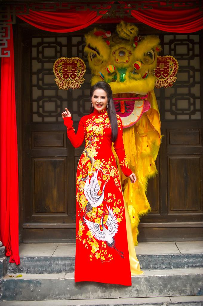 Điểm ấn tượng ở bộ sưu tập áo dài mà Hoa hậu Thanh Thúy mặc là mỗi chiếc áo như một tác phẩm nghệ thuật rực rỡ sắc màu với hình ảnh những bông hoa, chim muông được thể hiện thật sống động, mang không khí xuân.