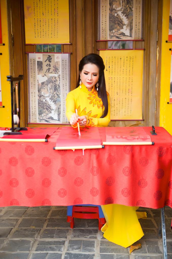 Năm nay, hoa hậu vẫn đón Tết tại Sài Gòn, sau đó, về quê Vĩnh Long đón Tết cùng mẹ vào mùng 2 và nghỉ ngơi vài ngày trước khi quay lại TP HCM. Lê Thanh Thúy tâm sự cô thích đón Tết truyền thống, sum họp gia đình và diện áo dài đầu năm.