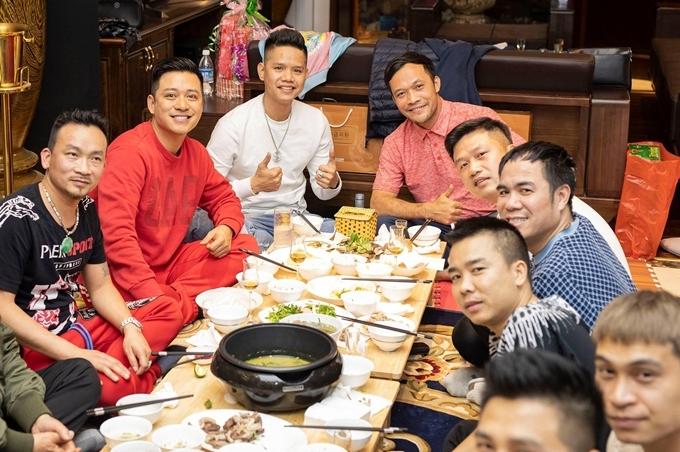 Buổi tối, Tuấn Hưng và nhóm bạn thân tổ chức ăn tất niên.