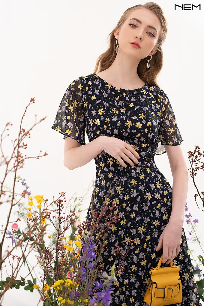 Váy cổ tròn họa tiết hoa mùa xuân dành cho quý cô theo đuổi phong cách nữ tính.