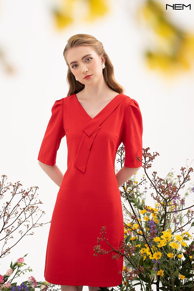 Màu đỏ là tông màu may mắn theo quan niệm Á Đông, những mẫu váy mang sắc đỏ được phái đẹp lựa chọn nhiều vào dịp lễ Tết.