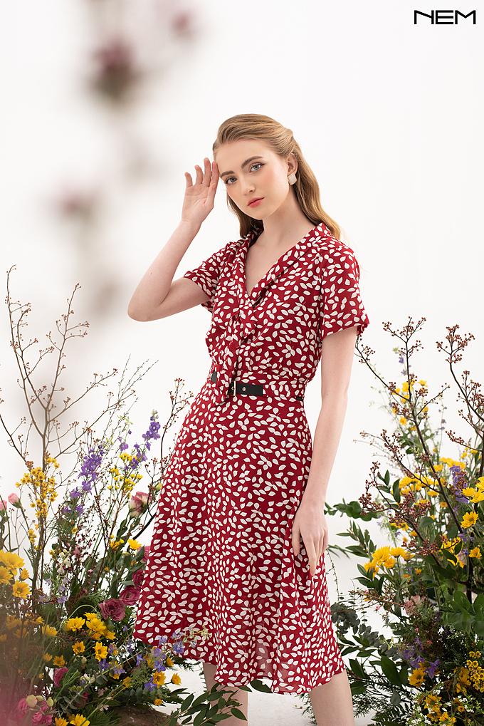 Mẫu váy thiết kế hoài cổ, tôn vẻ đẹp nền nã cho người mặc.