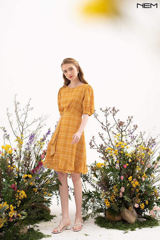 Váy kẻ ô tông vàng nghệ nổi bật cùng quý cô khi xuống phố.
