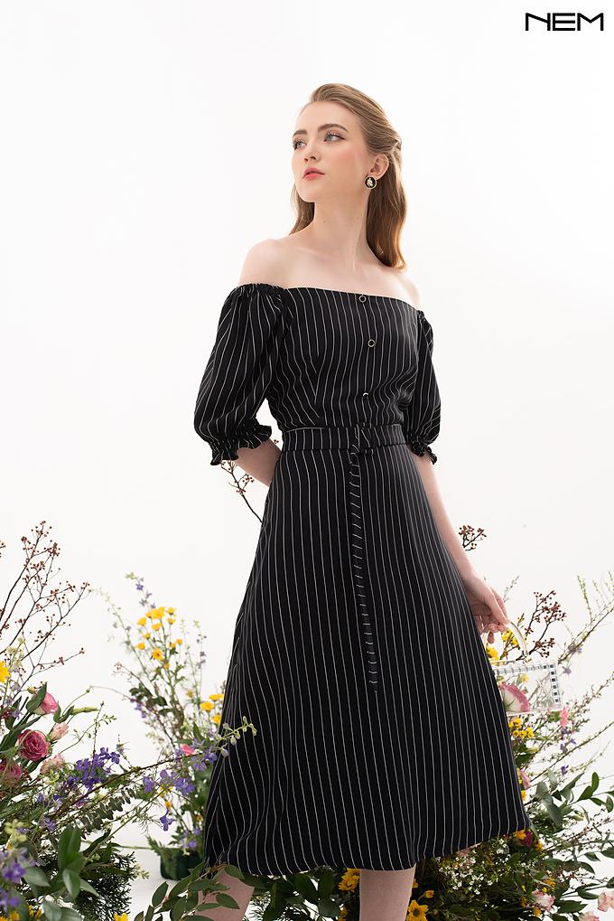 Váy trễ váy họa tiết kẻ sọc nền đen tôn hình thể cho quý cô.