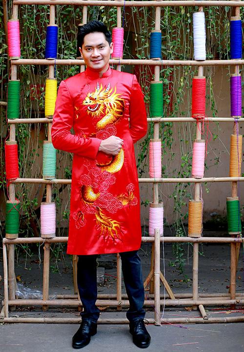 Diễn viên Minh Luân diện áo dài rồng nổi bật.