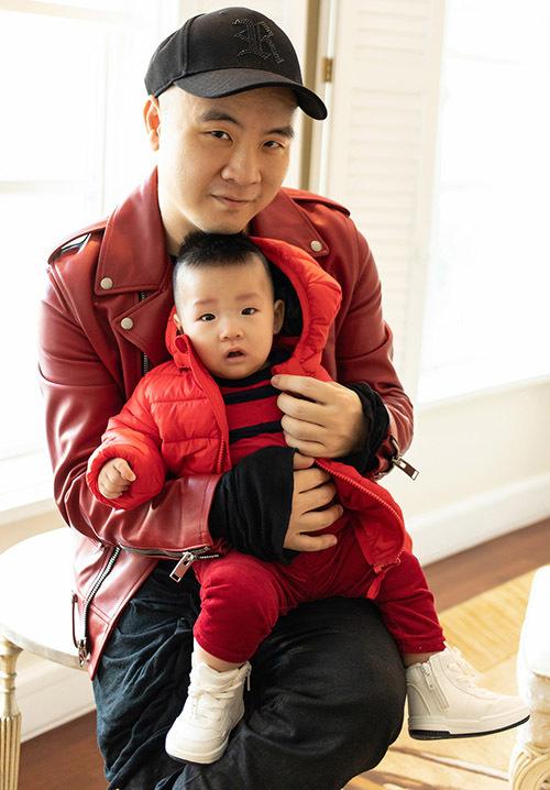 Đỗ Mạnh Cường hiện là một trong những ông bố đông con nhất showbiz Việt. Bé Gấu hơn 6 tháng tuổi, được nhà thiết kế nhận nuôi từ những ngày mới chào đời. Nhóc tỳ có gương mặt rấtgiống bố nuôi.