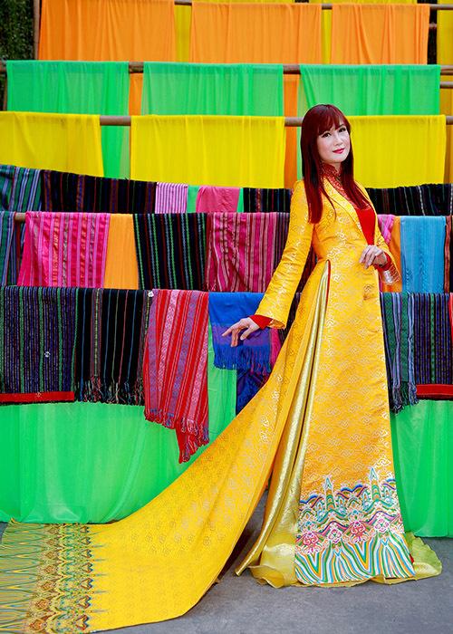 Hiền Mai lộng lẫy khi diện quốc phục cách điệu. Nữ diễn viên hào hứngtham dựhội chợ xuân ở Nhà văn hoá Thanh Niên TP HCM.