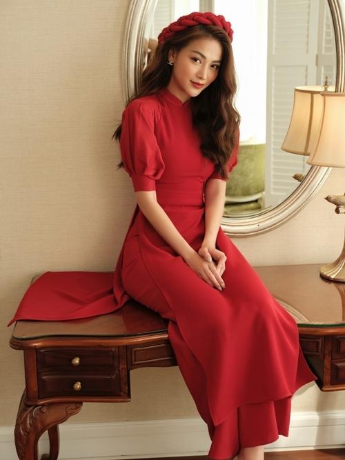 Người đẹp tiết chế phụ kiện khi mặc áo dài. Cô đội chiếc mấn có cùng màu sắc với nền áo dài.