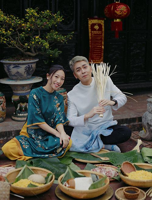 Đôi bạn chuẩn bị gạo nếp, đỗ xanh, thịt lợn, lá dong và lạt sẵn sàng. Osad chia sẻ, cả năm qua anh bận rộn hoạt động nghệ thuật ở Sài Gòn nên quyết định dành ngày Tết về Hà Nội nghỉ ngơi, đón xuân cùng gia đình.