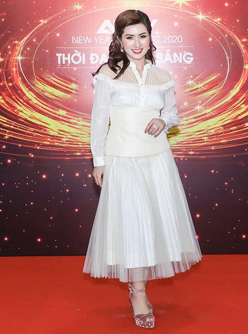 Ca sĩ hải ngoại Nguyễn Hồng Nhung mặc kín đáo, thanh lịch đi hát.