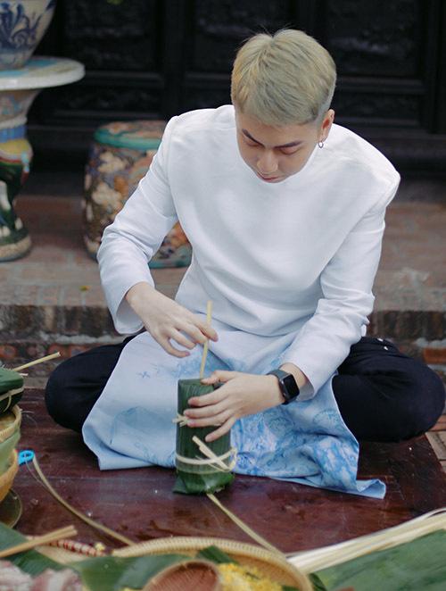 Diện áo dài thư sinh nho nhã, chàng rapper tự tay gói từng chiếc bánh tét.