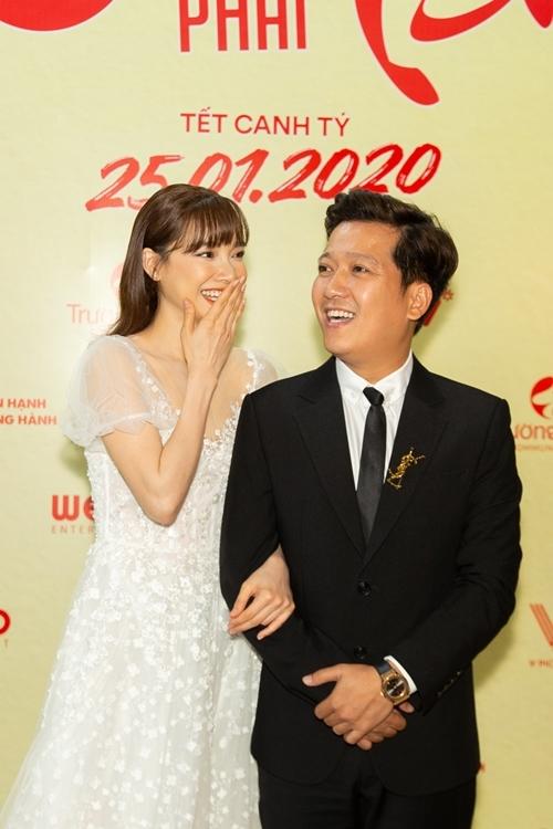 Cặp đôi cười rạng rỡ trên thảm đỏ.