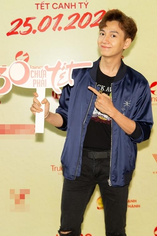 Ca sĩ Ngô Kiến Huy đến xem phim.