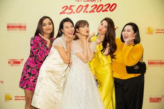 Ca sĩ Ái Phương, MC - á hậu Hoàng Oanh, diễn viên Nhã Phương, Diễm My 9x và Minh Thảo (từ trái qua) tạo dáng nhí nhảnh trong sự kiện.