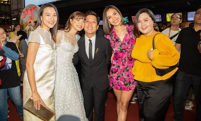 Nhã Phương kề má chồng, cùng nhóm bạn thân Hoàng Oanh (trái), Minh Thảo và Ái Phương (thứ nhất và thứ hai từ phải sang) chúc mừng anh.