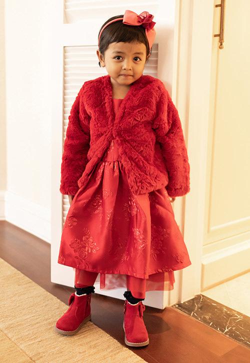 Là con gái của nhà thiết kế nổi tiếng, bé Linda được bố cho mặc đẹp như fashionista nhí.