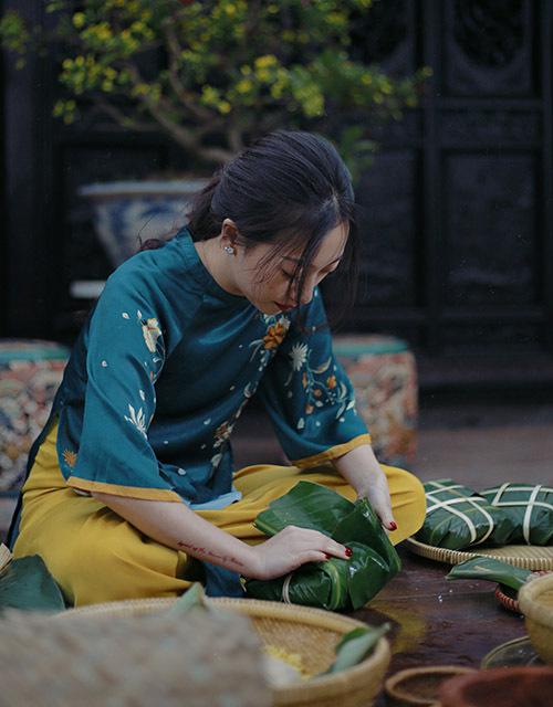Blogger Trang Olive tập trung cao độ khi gói bánh chưng.