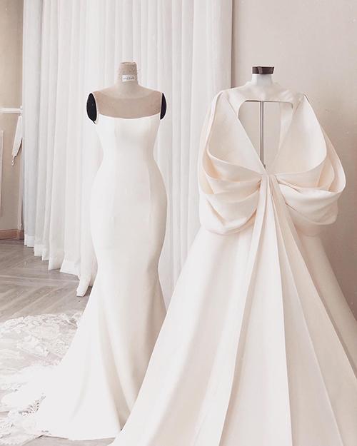 Váy có thể biến đổi phong cách thanh lịch, quý tộc sang đầm đuôi cá gợi cảm, hở lưng nhờ áo choàng rời.
