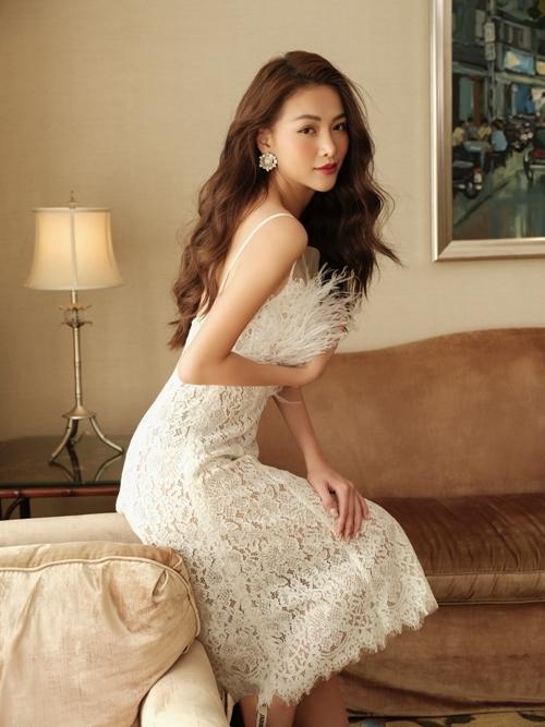 Ngoài áo dài, Phương Khánh chọn váy đính lông vũ