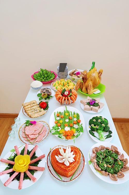 Số lượng món trong mâm cỗ được chị chuẩn bị vừa phải vì gia đình chỉ có 3 thành viên. Nếu mời thêm khách thì chị bổ sung thêm một vài món đơn giản, dễ ăn và ít dầu mỡ.