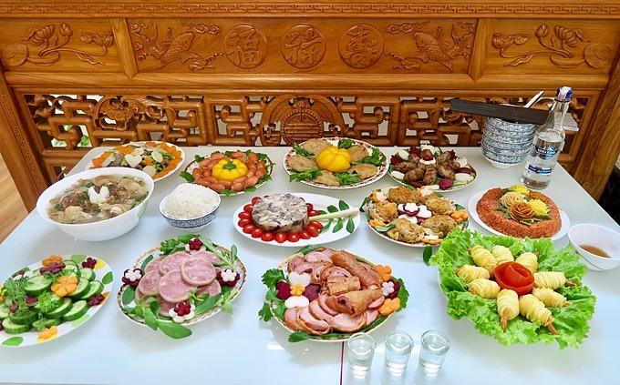 Sử dụng lá mùi, xà lách để lót bên dưới đĩa trước khi bày thức ăn cũng là cách đơn giản, nhanh chóng khiến món ăn hấp dẫn hơn.