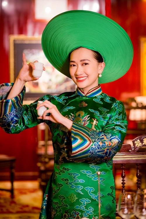 Phương Lan trong trang phục truyền thống của Huế.