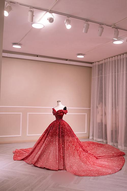 Phần đuôi váy dài tạo nên vẻ thướt tha cho người diện trong từng nhịp bước.
