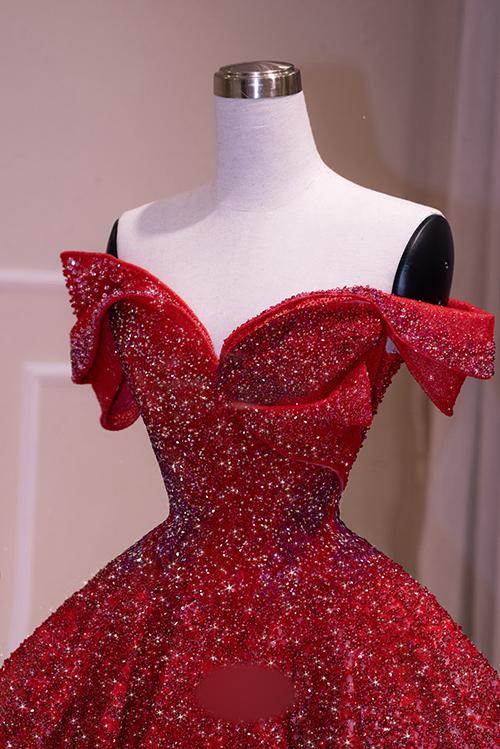 Nhóm thiết kế chọn lựa kiểu vai trễ, làm toát lên vẻ gợi cảm của cô dâu. Phần eo được chiết cao, giúp thân hình thêm thon gọn.