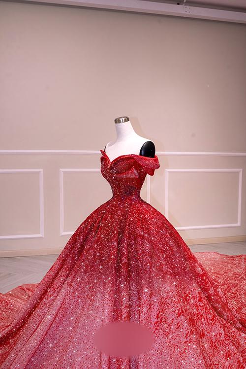 Váy được hoàn thiện trong vòng 3 tháng liên tục bởi nhóm thiết kế và đội ngũ thợ đính kết lành nghề.
