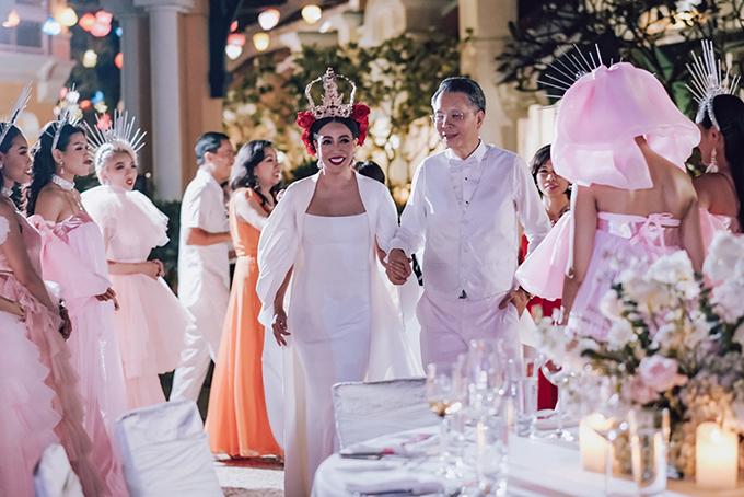 Mẫu đầm thứ 2 mà cô dâu Thu Hương diện ở tiệc cưới tại Phú Quốc hôm 13/12/2019 là váy tối giản. Bộ cánh có thiết kế thông minh, tiện dụng với kiểu dáng 2 trong 1.