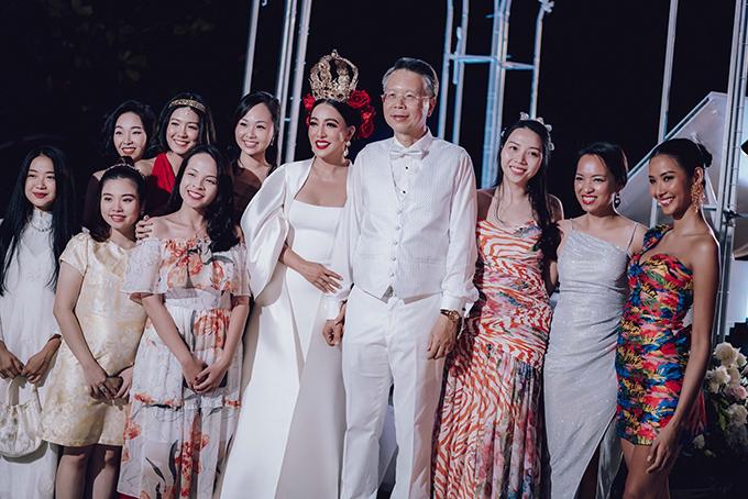 Vải lụa làm váy là chất liệu cao cấp, có độ bóng khi được ánh sáng chiếu vào. Trong đám cưới tại Phú Quốc, Á hậu Hoàng Thuỳ cũng tham dự với vai trò khách mời.