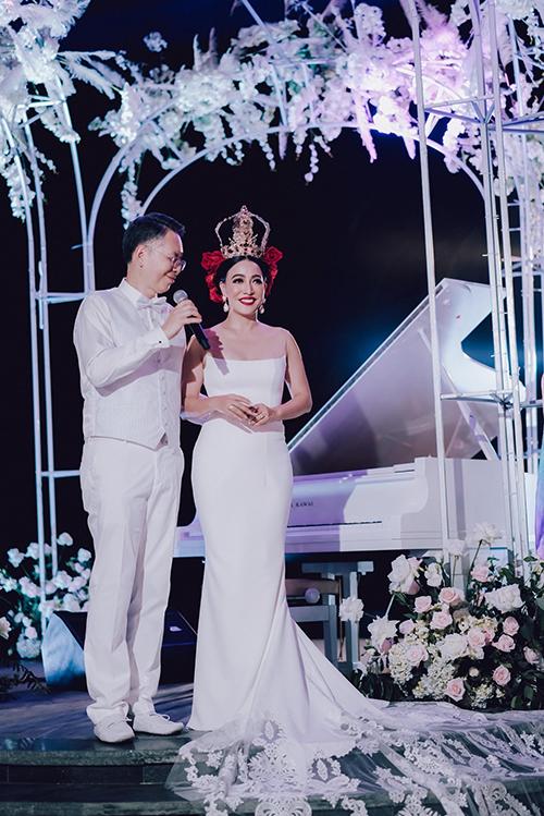 Ngày 7/12/2019 và 13/12/2019, nữ doanh nhân Đường Thu Hương và chú rể Kongkiat Opaswongkarn đã tổ chức tiệc cưới lần lượt ở TP HCM và Phú Quốc. Cô dâu đã diện 2 váy cưới của thương hiệuHacchic Couture.Cô dâu Đường Thu Hương đang là CEO của Tạp chí Forbes Việt Nam - Tạp chí danh tiếng toàn thế giới dành cho doanh nhân, đồng thời cô còn là Giám đốc Đối ngoại và Điều hành Quỹ đầu tư IDG Ventures Việt Nam. Còn chú rểKongkiat Opaswongkarn là hoàng thânThái Lan, triệu phú sở hữu khối tài sản lên tới hơn 792 triệu USD, lãnh đạo 5 doanh nghiệp khác nhau, theo tờ Market Screener.